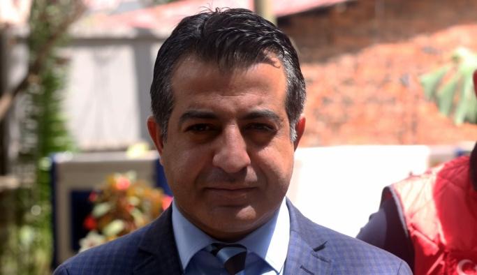 Türk Kızılayı yöneticisi Etiyopya'da ayakkabısını da bağışladı