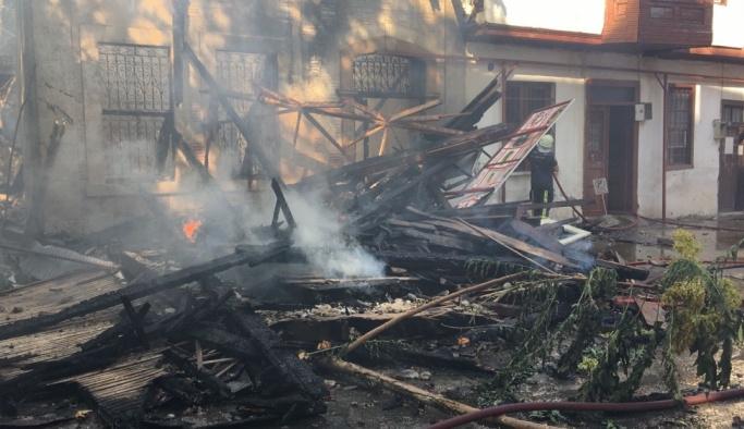 Antalya'da tarihi binada başlayan yangın evlere sıçradı
