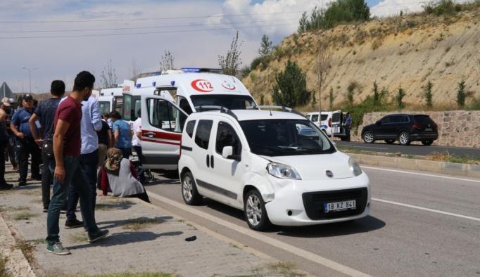 Çankırı'da hafif ticari araç polislere çarptı