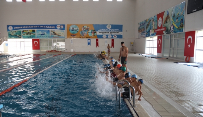 Dezavantajlı çocuklar güvenle yüzme öğreniyor