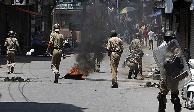 Keşmir'de Hint askerleri göstericilere ateş açtı