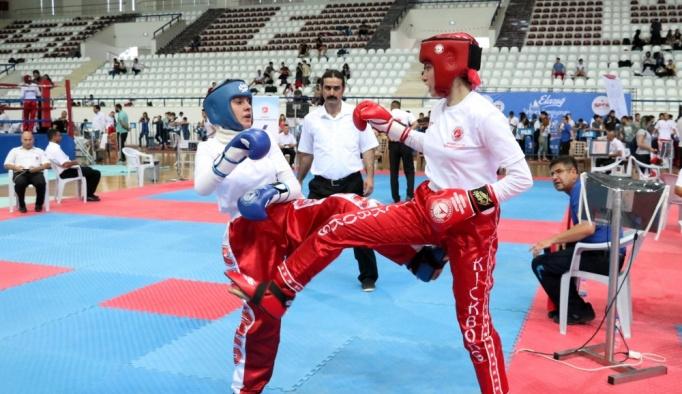 Kick boksa kadınların ilgisi artıyor