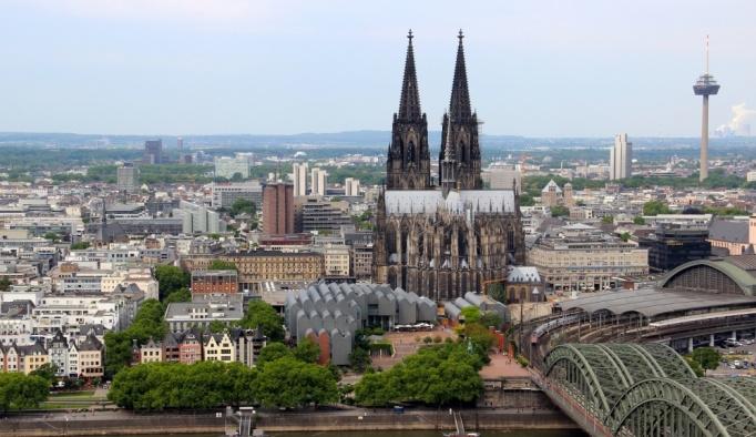 Köln Katedralini ziyaret edenlere dağıtılan örtüler kayboldu