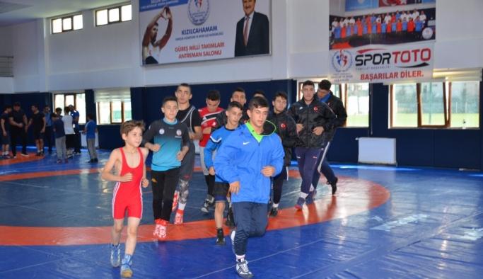Şampiyon güreşçiler Melih'le buluştu