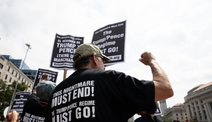 ABD'de ırkçılık karşıtları, aşırı sağcıların gösterisini bastırdı