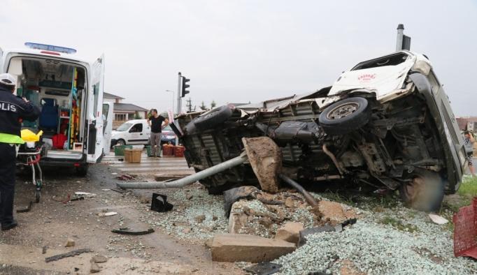 Ambulansla kamyonet çarpıştı: 6 yaralı