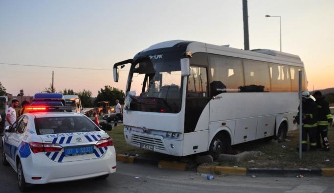 Antalya'da tur midibüsü ile otomobil çarpıştı: 21 yaralı