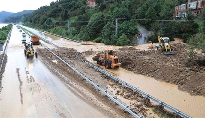 Aşırı yağış nedeniyle 4 köprü yıkıldı, yollar kapandı
