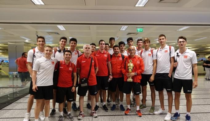 Balkan şampiyonu genç voleybolcular yurda döndü