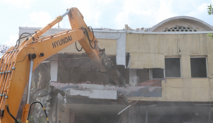 Bolu'da eski belediye binasının yıkımına başlandı