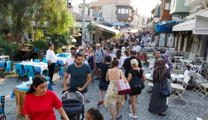 Çeşme, bayramda nüfusunun 25 katı misafir ağırlıyor
