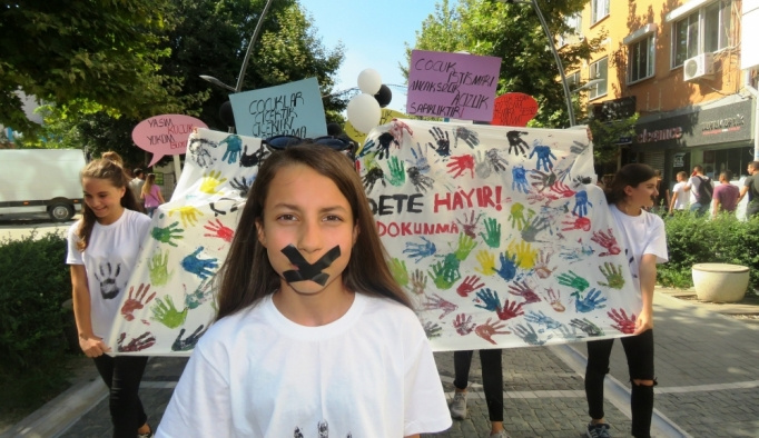 Çocuklar şiddet olaylarına karşı yürüdü