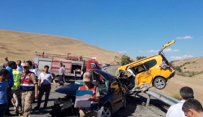 Elazığ'da taksiyle otomobil çarpıştı: 3 ölü, 1 yaralı