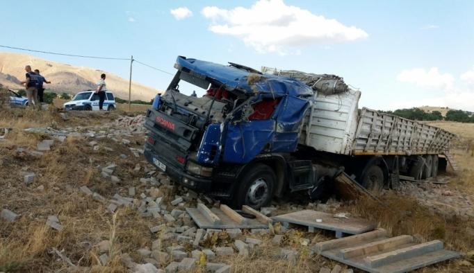 Elazığ'da tır ile otomobil çarpıştı: 4 yaralı