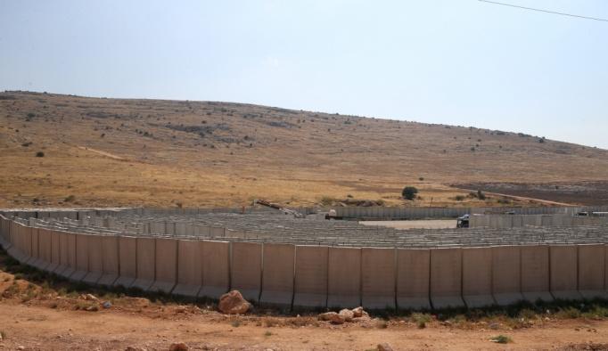 Hatay'da sınırdaki birliklere beton blok sevkiyatı