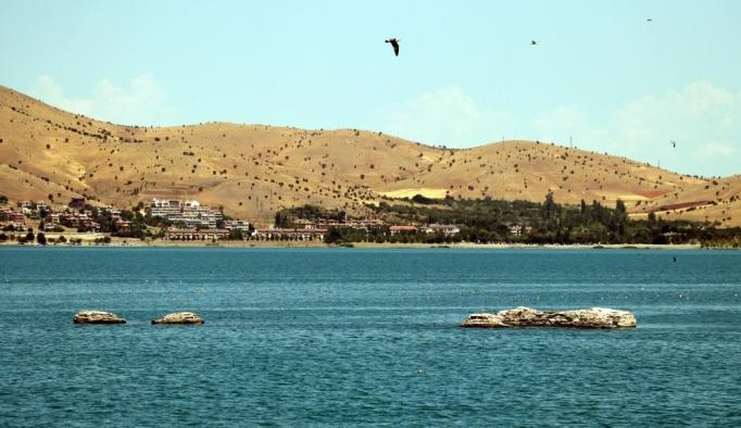 Hazar Gölü'ndeki