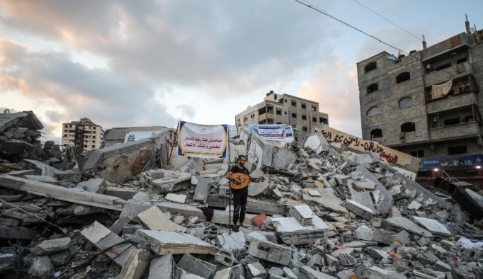 İsrail'in vurduğu kültür merkezinin enkazında Gazze'ye destek konseri