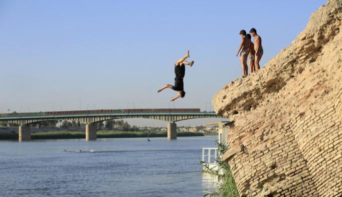 Kavurucu sıcaklardan kaçan Iraklılar soluğu Dicle Nehri'nde alıyor