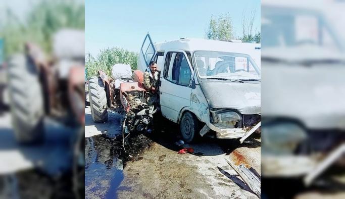 Manisa'da minibüs ile traktör çarpıştı: 12 yaralı