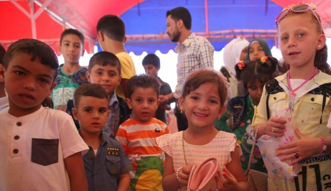 Suriye'de savaşın çocukları bayram şenliğinde eğlendi