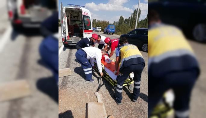 Denizli'de otomobil refüje çarptı: 5 yaralı