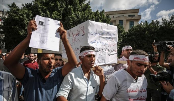 """Gazze'de üniversite mezunlarından """"işsizlik protestosu"""""""