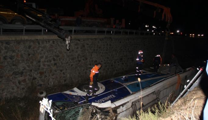 GÜNCELLEME - Afyonkarahisar'da yolcu otobüsü devrildi: 7 ölü, 28 yaralı
