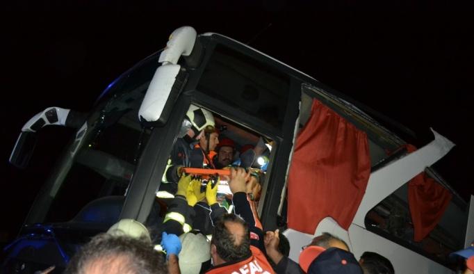 GÜNCELLEME - Polis refakatindeki düzensiz göçmenleri taşıyan otobüs devrildi: 41 yaralı