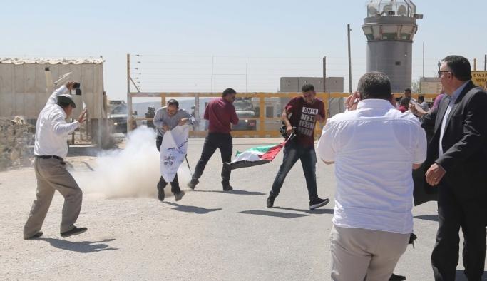 İsrail askerlerinden Filistinli gazetecilerin