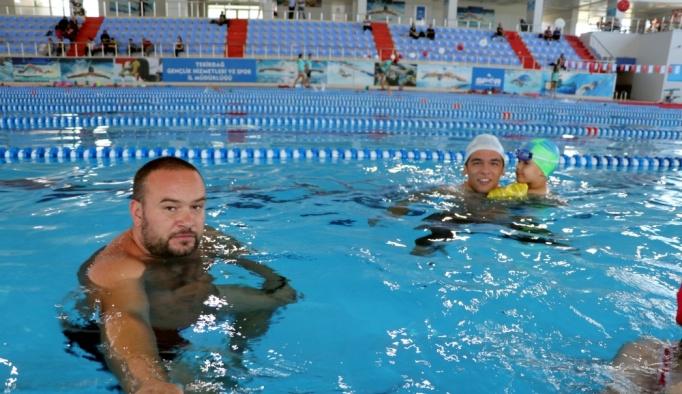 """""""Özel çocuklara yüzmeyi öğretince çok mutlu oluyoruz"""""""