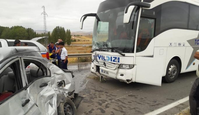 Sivas'ta yolcu otobüsü ile otomobil çarpıştı: 2 ölü, 3 yaralı