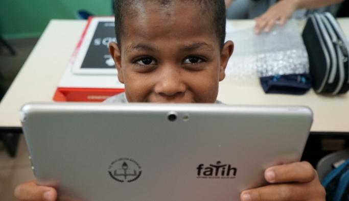 TİKA'dan Kudüs'teki Filistinli öğrencilere tablet dağıtımı