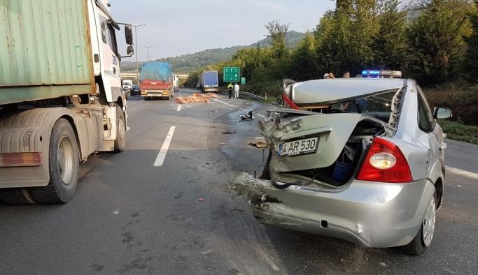 Tır polis aracına çarptı: 2 polis yaralandı