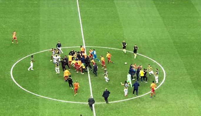 Derbi maçı bitti, saha karıştı | Derbi Maçı Özeti