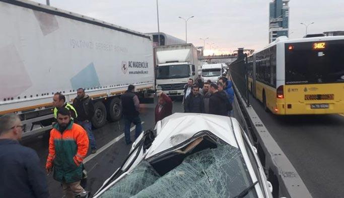 E-5'te kamyon devrildi, trafik kilitlendi