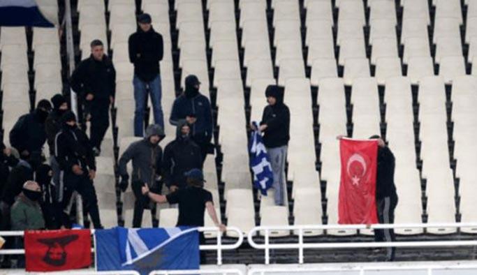 Yunan holiganı haddini aştı, Türk bayrağı yaktı
