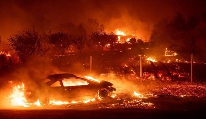 Kaliforniya yanıyor, araçlarından çıkmaya fırsat bulamadılar