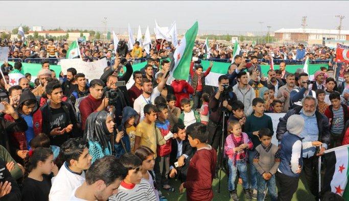 Suriyeliler sınırda PKK/PYD'yi protesto etti