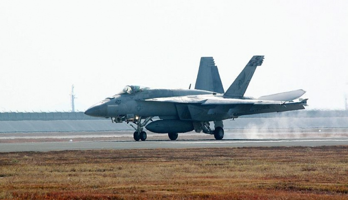 Amerikan uçakları havada çarpıştı