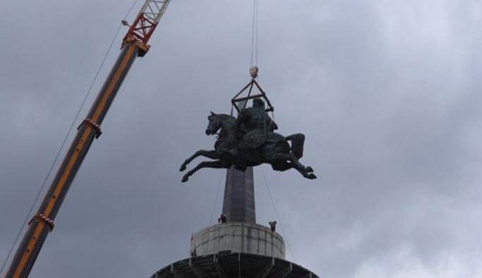 Dev Köroğlu heykeli kaidesine yerleştirildi