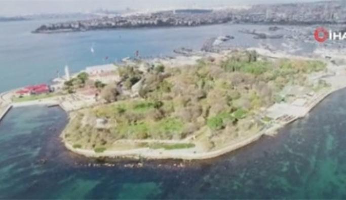 Kadıköy'de tekne kayalıklara çarptı
