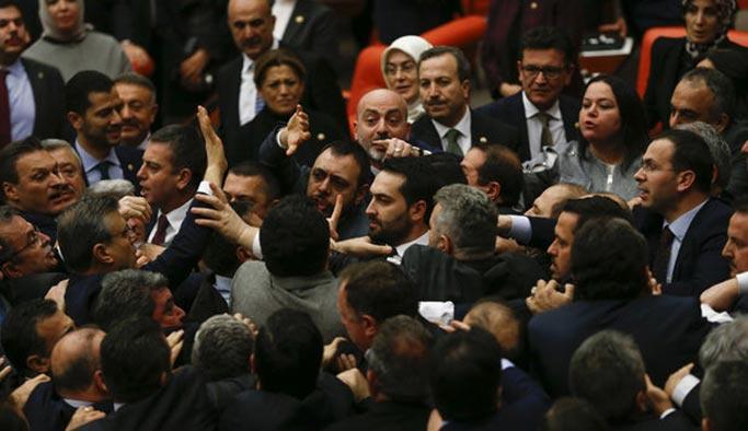 Milletvekilleri genel kurulda birbirine girdi