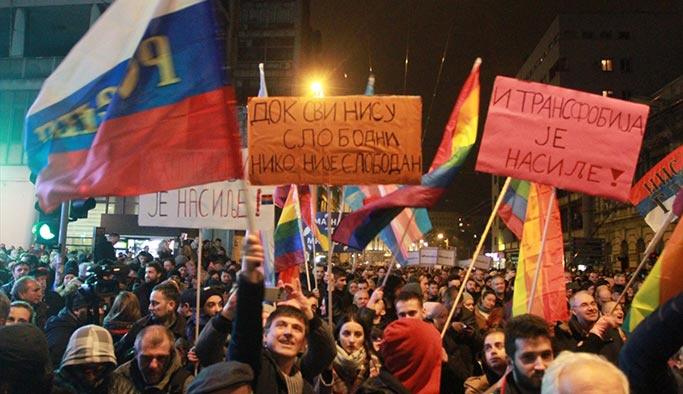 Sırbistan'da halk sokaklara döküldü