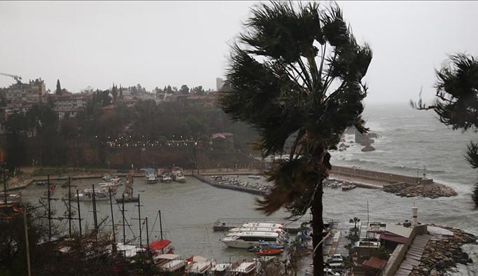 Antalya'yı yine hortum vurdu: 12 yaralı