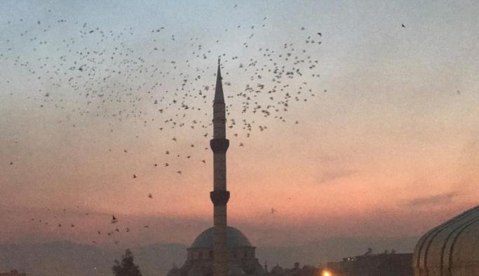 Ezanın okunuşuyla 4 bin güvercin aynı anda döküldü