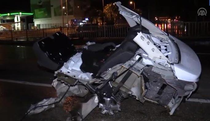 Feci kaza: Otomobil beşe bölündü