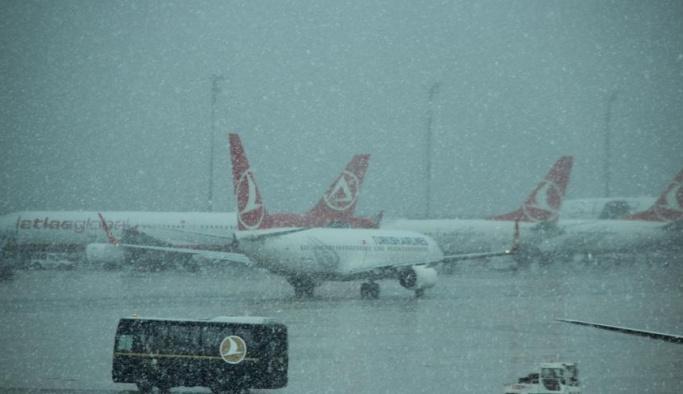 Hava şartları uçak seferlerini aksattı