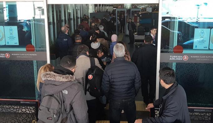 Tatil başladı, havalimanında adım atacak yer yok