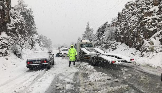 Yüzlerce araç yollarda kaldı