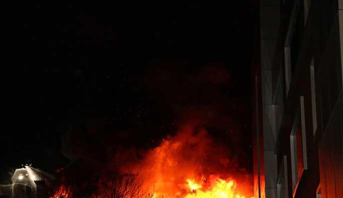 Kağıthane'de bir iş merkezinin çatısında yangın